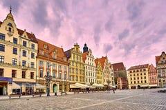 Fyrkant för Wroclaw gammal stadmarknad med kyrkan för ` s för St Elizabeth under solnedgång, Polen Royaltyfria Foton