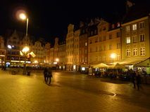 Fyrkant för Wroclaw gammal stadmarknad på natten Arkivbild