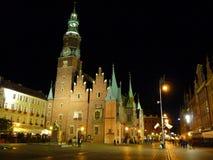 Fyrkant för Wroclaw gammal stadmarknad på natten Arkivfoto