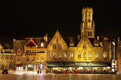 fyrkant för Belgien bourgbruges natt arkivbild