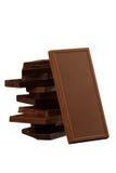 Fyrkant formade chokladstycken som isoleras på vit Royaltyfri Bild