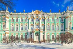 Fyrkant framme av eremitboningen i St Petersburg arkivfoton