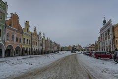 Fyrkant i den gamla Telc staden i mörk kall morgon för vinter arkivfoto