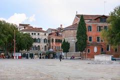 Fyrkant i historiskt område av den Venedig staden Arkivfoton