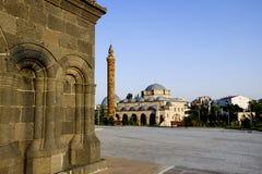 Fyrkant i Kars med en moské i bakgrunden arkivbild