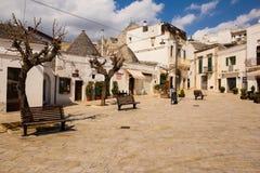 Fyrkant i Largo Martellotta, Alberobello Apulia italy royaltyfria bilder
