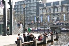 Fyrkant i staden Folket kopplar av nära vattnet och i kafét En varm dag i staden fotografering för bildbyråer