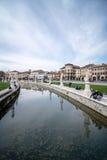 Fyrkant med en kanal och statyer (den Prato dellaen Valle) royaltyfri foto