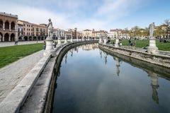 Fyrkant med en kanal och statyer (den Prato dellaen Valle) royaltyfri fotografi