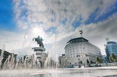 Fyrkant nedanför krigaren på en hästmonument av Skopje Arkivfoton