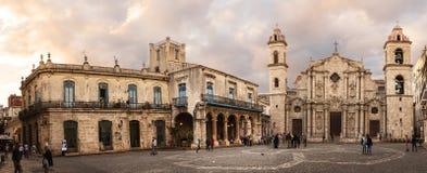 Fyrkant- och domkyrkakyrka av Havana Cuba och turister på solen royaltyfria bilder