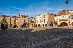 Fyrkant och farstubro byn av Monpazier, Perigord, Frankrike royaltyfri foto
