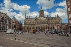Fyrkant och folk framme Royal Palace av Amsterdam Royaltyfri Fotografi