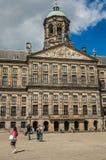 Fyrkant och folk framme Royal Palace av Amsterdam Arkivfoton