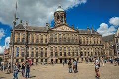 Fyrkant och folk framme Royal Palace av Amsterdam Arkivbild