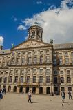 Fyrkant och folk framme Royal Palace av Amsterdam Arkivfoto