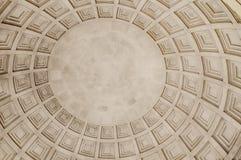 Fyrkant texturerat tak i en kupol arkivfoton