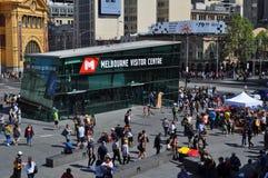 Fyrkant Victoria Australia för federation för Melbourne besökaremitt Royaltyfri Foto