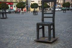 Fyrkanten av tomma stolar i Krakow Polen Arkivfoton