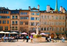 fyrkanten Bourg-de-fyra med folk sitter i kafé och restauranger Arkivfoton