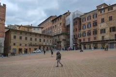 Fyrkanten för den centrala staden kallade Piazza Del Campo i Siena, Italien arkivbilder