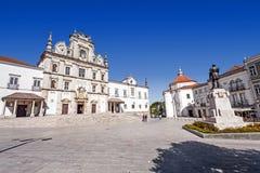 Fyrkanten för Sa da Bandeira med en sikt av Santaremen ser domkyrkan aka Nossa Senhora da Conceicao Church Royaltyfria Bilder