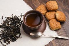 Fyrkanten rånar av te med mördegskakakex Royaltyfri Bild