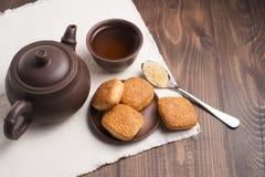 Fyrkanten rånar av te med mördegskakakex Arkivbilder