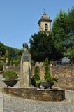 Fyrkanten som byggs på, kritiserar med klockstapeln av kyrkan i bakgrunden i Taramundi, Asturias, Spanien Arkitektur historia, lo arkivfoto