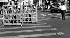 Fyrkanter korsar gatan Arkivbilder