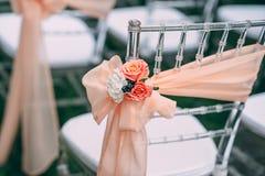 Fyrkantig gifta sig ceremoni Genomskinliga stolar dekoreras med blommor, grönska Gullig moderiktig svdebany dekor Del av arkivbilder