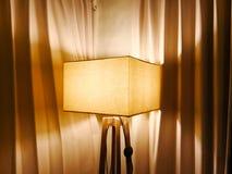 Fyrkantig lampa som göras av linne och ställningen som göras av trä Det lokaliseras arkivbild