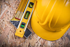 Fyrkantig meter för hård hatt för linjalkonstruktionsnivå träpå OSB Royaltyfri Fotografi