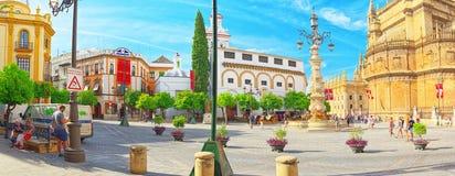 Fyrkantig oskuld av konungarna Plaza Virgen de los Reyes och monum arkivbilder