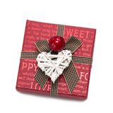 Fyrkantig röd gåvaask med inskrifter från pilbågen med vita hjärtor; Royaltyfri Bild