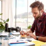 Fyrkantig skördbild av ett upptaget arbete för entreprenör Arkivfoton