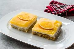 Fyrkantig skiva av orange Mascarpone Quark Cake royaltyfria bilder