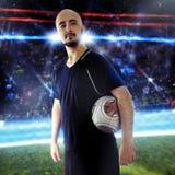 Fyrkantig stående av fotbollsspelaren med en boll Fotografering för Bildbyråer