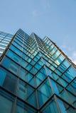 Fyrkantiga fönster av modern stål- och exponeringsglaskontorsbyggnad fotografering för bildbyråer