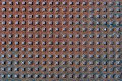 Fyrkantiga former på metall rostad yttersida med modeller och sprickor - högkvalitativ textur/bakgrund arkivbild