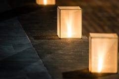 Fyrkantiga lyktor med dunkelt ljus på gatan. arkivfoton