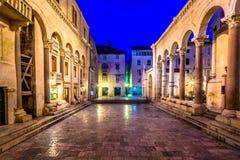 Fyrkantiga Peristil i splittring, Kroatien Royaltyfri Foto