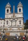 Fyrkantiga Piazza di Spagna, springbrunnFontana della Barcaccia i Rome arkivbild