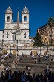 Fyrkantiga Piazza di Spagna, springbrunnFontana della Barcaccia i Rome arkivfoto