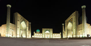 Fyrkantiga Registan, natt samarkand uzbekistan Royaltyfria Foton