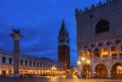 Fyrkantiga San Marco Piazza San Marco med slotten Palazzo Ducale för doge` s och klockatornet vid natt, Venedig Royaltyfri Fotografi
