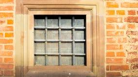 Fyrkantigt fönster med järngallret Royaltyfri Foto