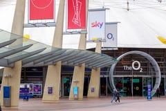 Fyrkantigt leda för halvö till ingången för arena O2 i London royaltyfri bild
