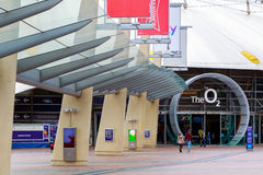 Fyrkantigt leda för halvö till ingången för arena O2 i London royaltyfri fotografi