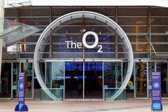 Fyrkantigt leda för halvö till ingången för arena O2 i London fotografering för bildbyråer